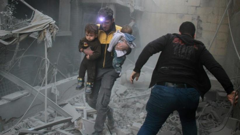 Czwarty dzień nalotów. Syryjski wolontariusz rozpoznał wśród gruzów ciało matki [WIDEO]