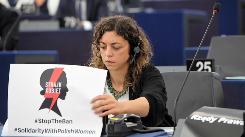 Parlament Europejski, plakat Strajku Kobiet, Tania González Peñas
