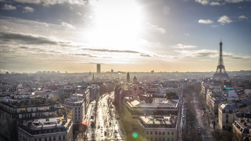 Eksplozja samochodu na Polach Elizejskich w Paryżu. Napastnik wiózł arsenał broni