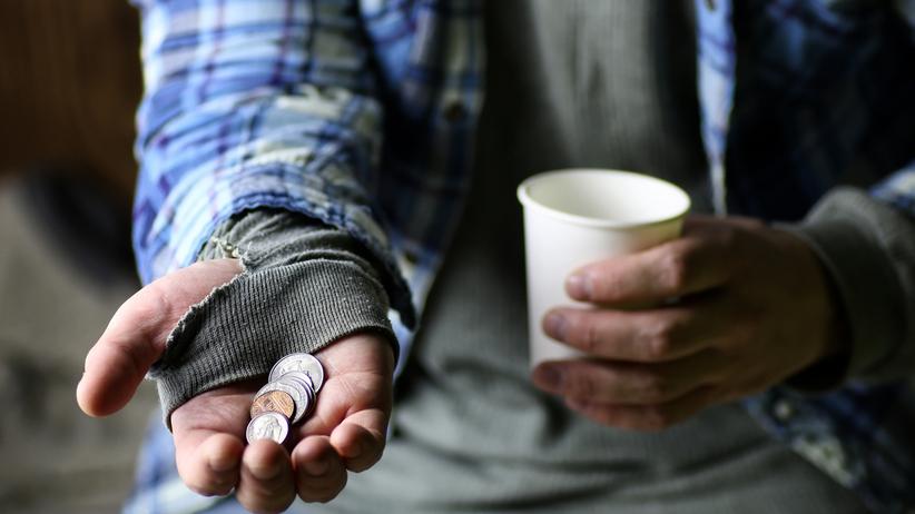 """Fałszywi bezdomni plagą na Wyspach. Ich dzienne """"zarobki"""" robią wrażenie"""