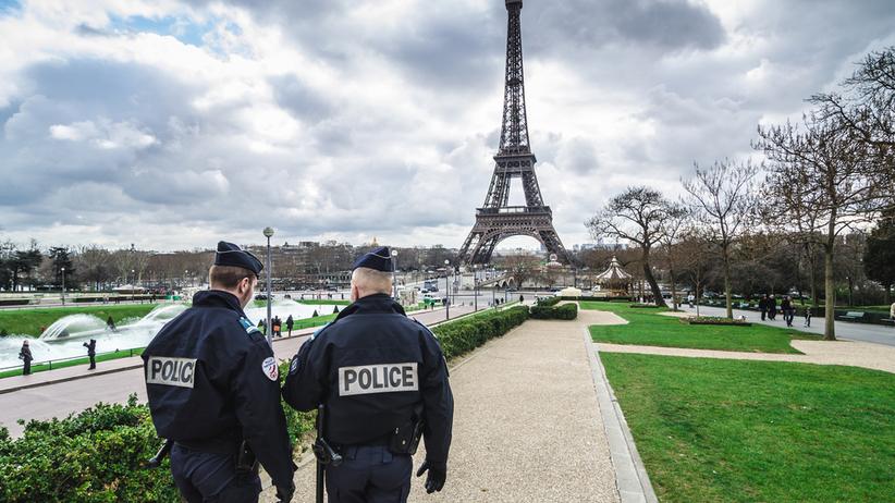 Francja: policjanci przed wieżą Eiffle'a
