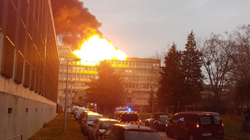 Seria wielkich eksplozji na uczelni w Lyonie. Są ranni [WIDEO]