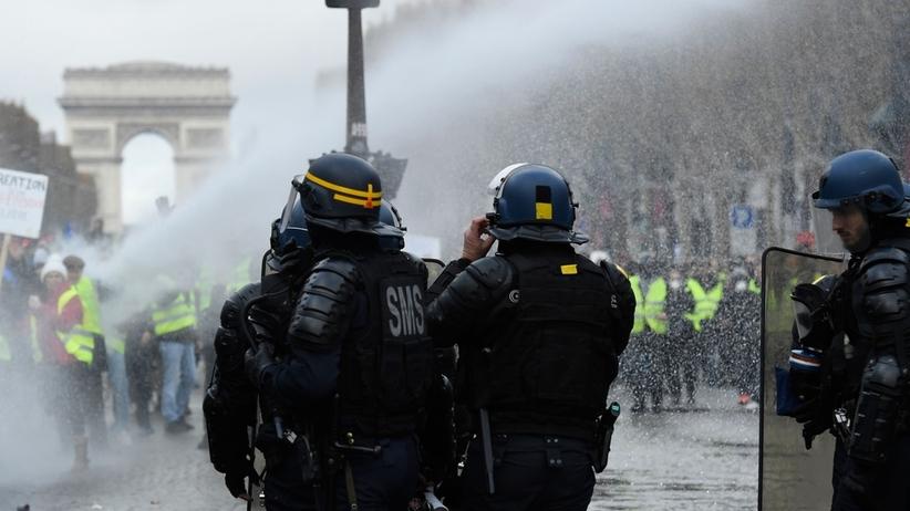 Francja. Gwałtowne zamieszki na ulicach Paryża. Policja użyła gazu łzawiącego wobec żółtych kamizelek