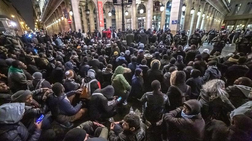 Kilkuset imigrantów dokonało szturmu na teatr narodowy w Paryżu. Żądali spotkania z ministrem