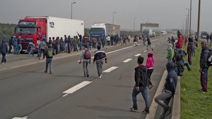 Wstrząsająca relacja Polaków z Calais: pistoletem pokazał nam, że mamy otworzyć drzwi