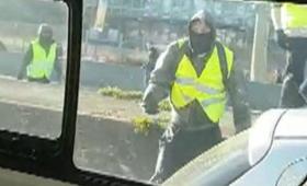 """Zaatakowali policjantów kamieniami, wybijali szyby. """"Żółte kamizelki"""" znów na ulicach [WIDEO]"""