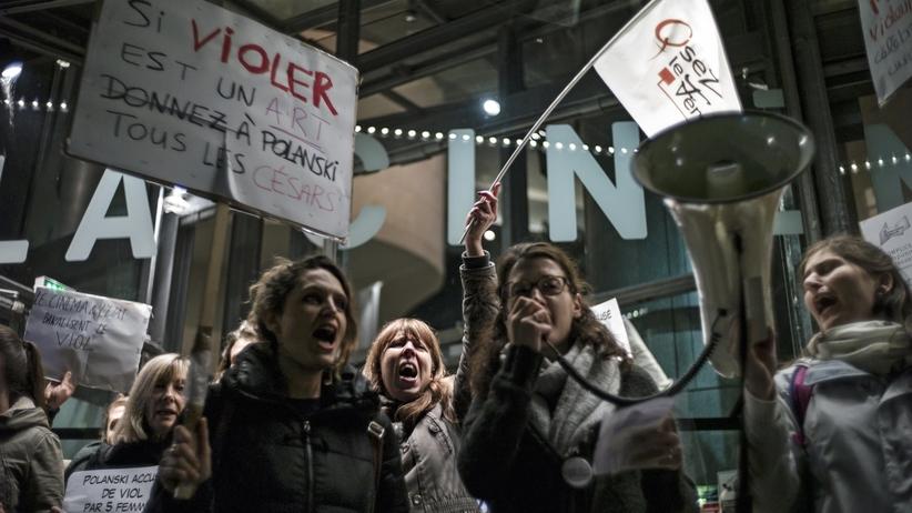 """Uczestniczki demonstracji przeciwko Romanowi Polańskiemu w Paryżu :""""Nie ma wybaczenia dla gwałcicieli"""""""