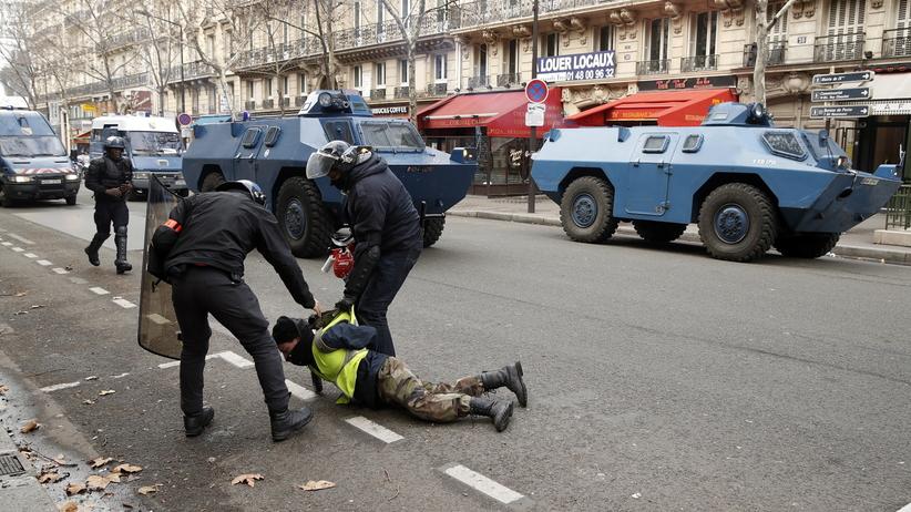 """Francja. Protest """"żółtych kamizelek"""" w Paryżu. Policja użyła gazu łzawiącego"""