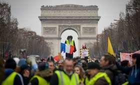 Demonstranci wyważyli drzwi ministerstwa. Ewakuowano rzecznika rządu Francji