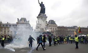 """Tysiące """"żółtych kamizelek"""" na ulicach Paryża. 12. weekend protestów"""