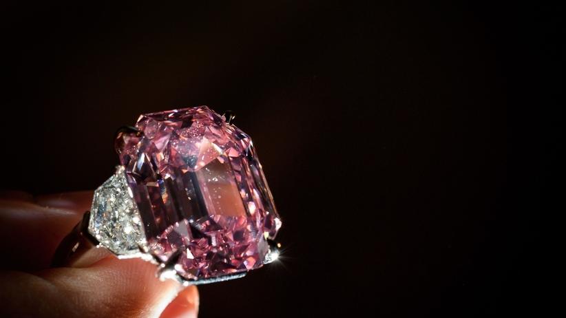 Największy i najdroższy różowy diament w historii! Kamień sprzedano za rekordową kwotę
