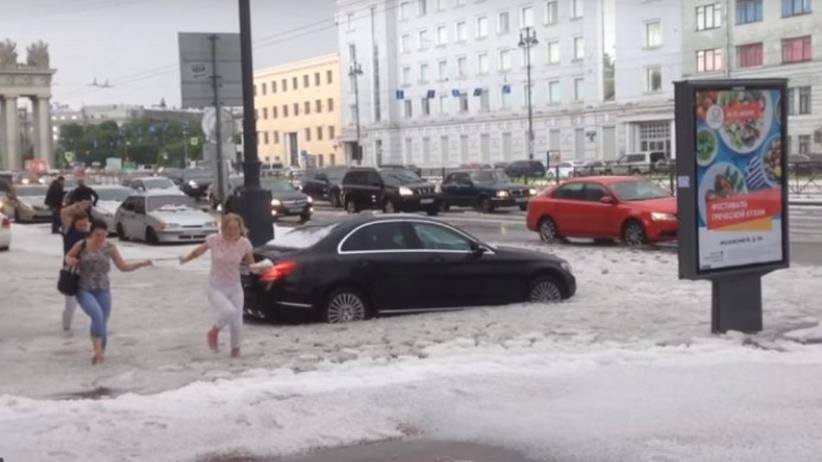 Gęsty śnieg w środku lata! Petersburg zasypany