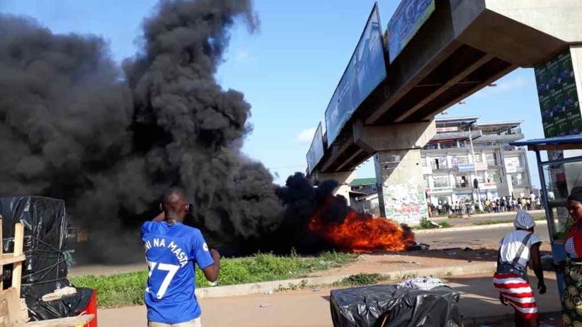 Ghana. Kłęby dymu nad autostradą. Protest przeciwko wypadkom