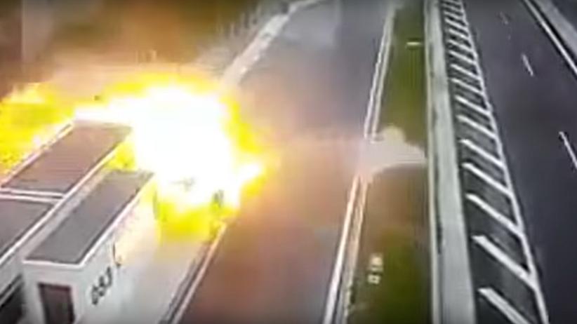 Wypadek w Grecji: auto uderza w budynek i staje w płomieniach [WIDEO]