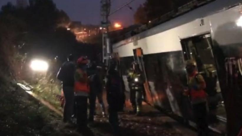"""Wykoleił się pociąg koło Barcelony. """"El Pais"""": Jedna osoba zginęła"""