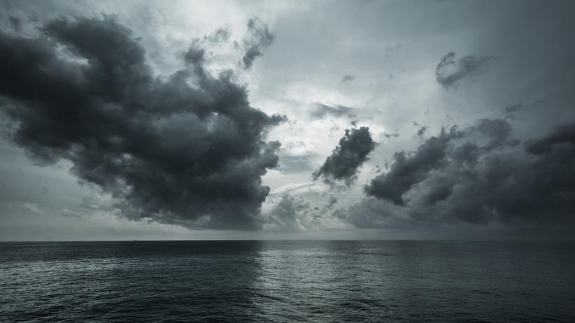 Morze wyrzuciło na brzeg… urny z prochami zmarłych. Pierwszą z nich znalazł 14-letni chłopiec