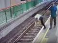 Mężczyzna zrzucił kobietę z peronu na tory [WIDEO]