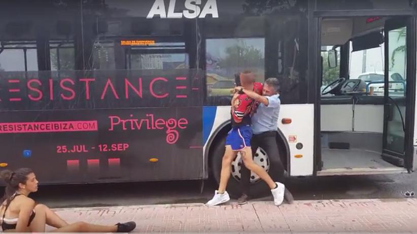Bójka na Ibizie. Kierowca autobusu pobił się z turystami [WIDEO]