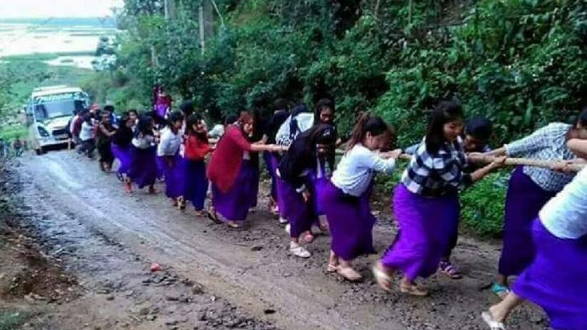 Prawdziwe Girl Power! Uczennice z Indii wyciągnęły autobus z błota