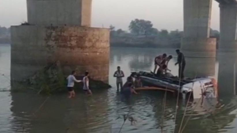 Indie: Autokar runął z mostu do rzeki. Wiele ofiar