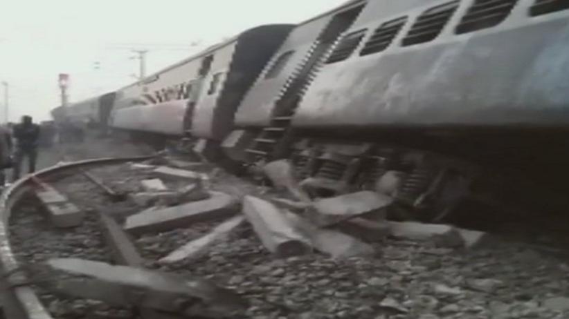 Katastrofa kolejowa w Indiach. Są ofiary. ''Większość pasażerów spała'' [WIDEO]
