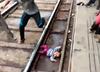 Indie. Roczne dziecko wpadło pod pociąg i cudem przeżyło