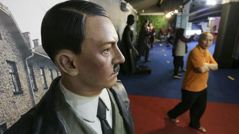 Skandal w muzeum. Ludzie robili selfie na tle obozu i figury Hitlera [FOTO]