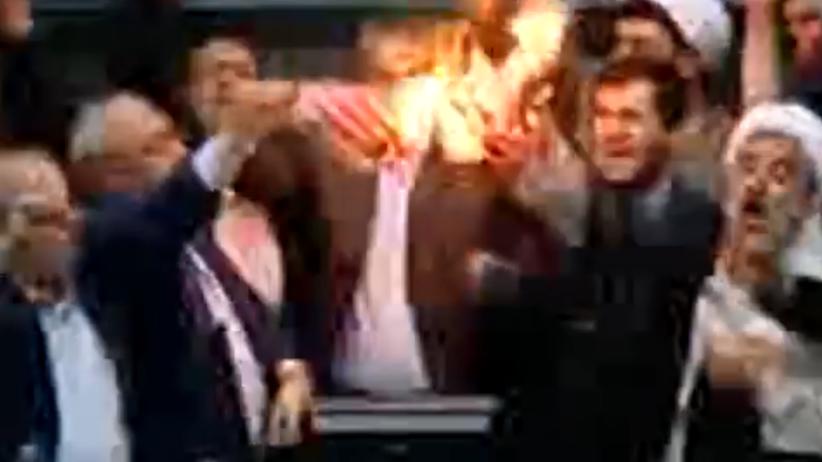 """Iran: Politycy spalili flagę USA. Krzyczeli: """"Śmierć Ameryce"""" [WIDEO]"""