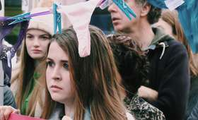 Irlandia. Protesty przeciwko użyciu bielizny w procesie gwałciciela