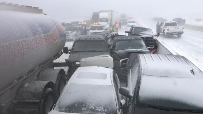 Zderzyło się ponad 70 samochodów. Po gigantycznym karambolu 12 osób trafiło do szpitala