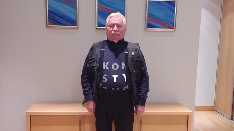 """Lech Wałęsa na pogrzebie Georga H.W. Busha był w podkoszulce """"Konstytucja"""""""