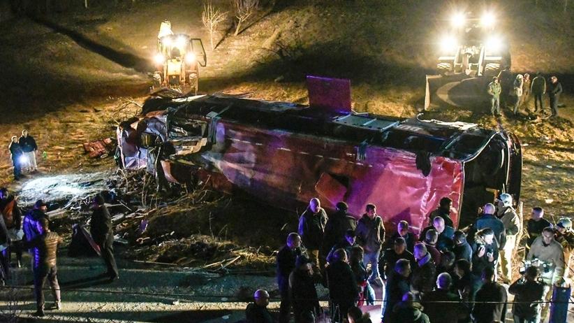 Tragiczny wypadek autokaru. Co najmniej 13 osób nie żyje