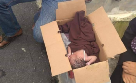 Matka porzuciła noworodka. Leżał w kartonie na ulicy [ZDJĘCIA]