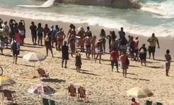 Morze wyrzuciło 30-tonowego ssaka na plażę pełną turystów [FOTO]