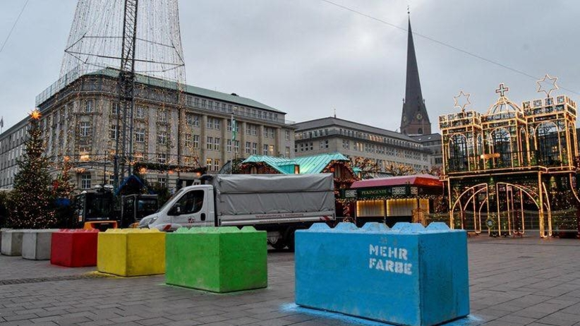 Niemcy zabezpieczają bożonarodzeniowe jarmarki przez terrorystami [GALERIA]