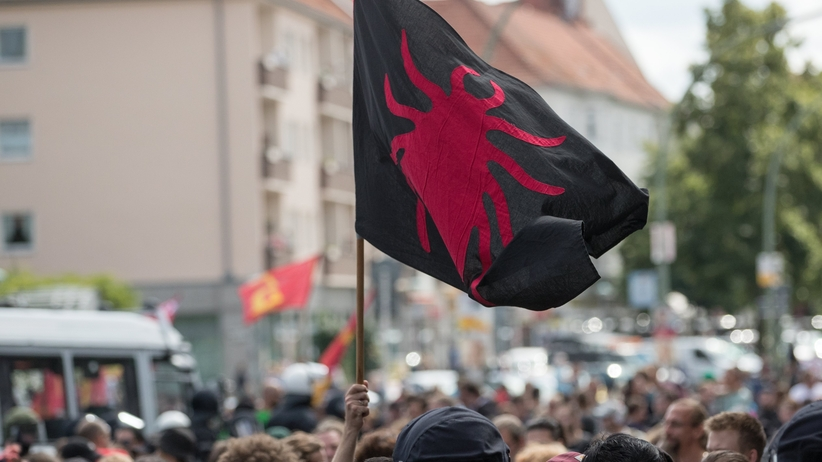 Neonaziści na ulicach Berlina. Marsz ku czci zbrodniarza hitlerowskiego Rudolfa Hessa [ZDJĘCIA]