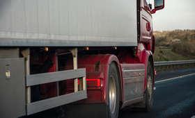 Zignorował znak, zakleszczył się pod wiaduktem. Polski kierowca ciężko ranny w wypadku w Niemczech