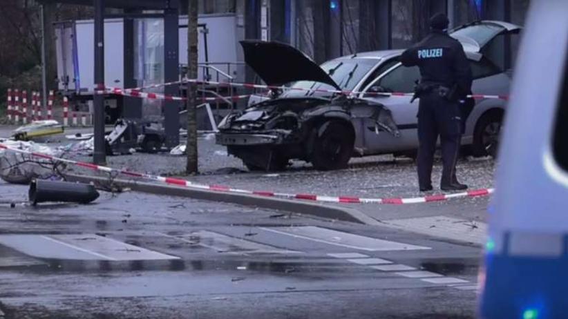 Samochód wjechał w przystanek autobusowy. Wielu rannych
