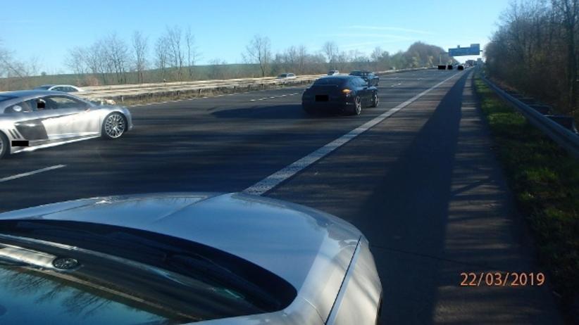 Jeździli zygzakiem po autostradzie blokując inne pojazdy. Chcieli porobić… zdjęcia ślubne