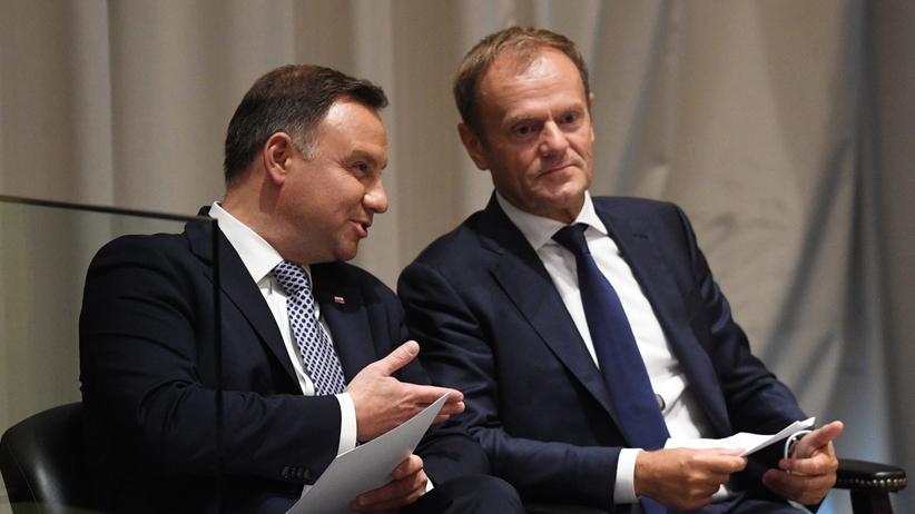 Duda i Tusk przyłapani na pogawędce. Z czego się śmiali?