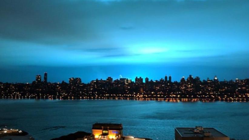 Seria zagadkowych rozbłysków na wieczornym niebie. Ludzie pisali o inwazji kosmitów [WIDEO]