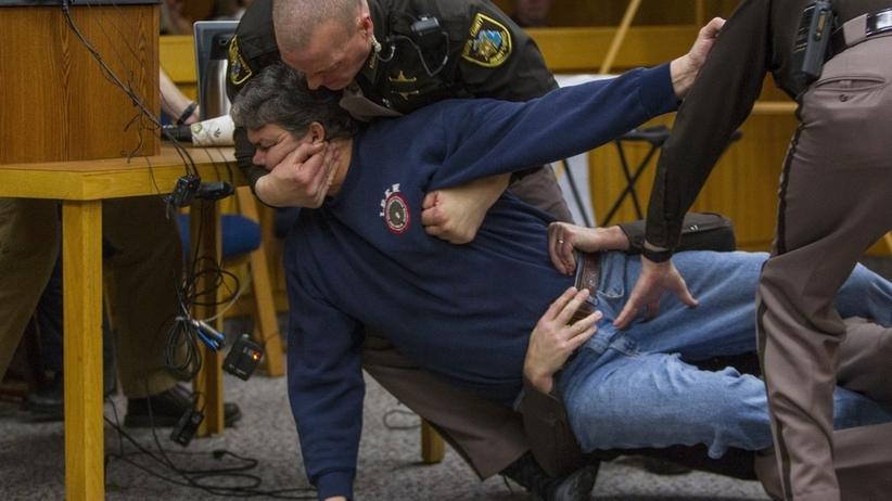 Ojciec rzucił się z pięściami na oprawcę swoich córek podczas procesu [WIDEO]