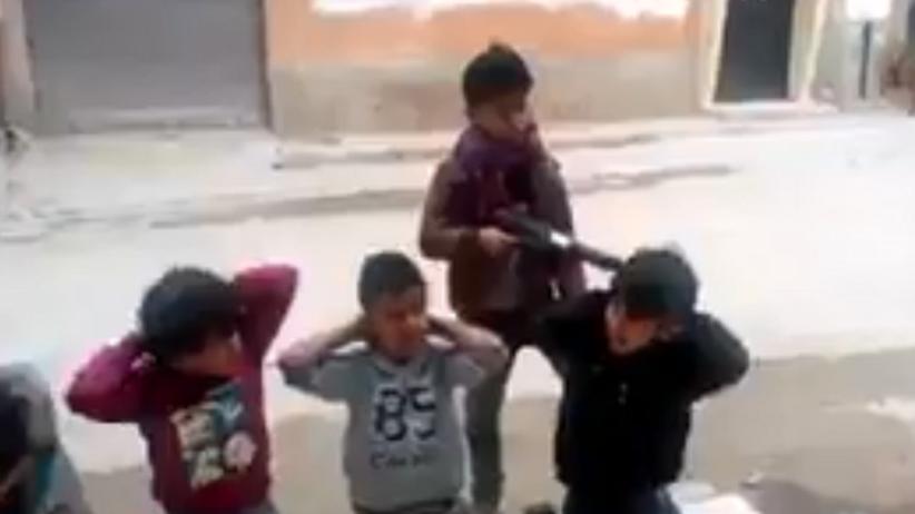 Dzieci bawią się w Państwo Islamskie. Szokujące nagranie [WIDEO]