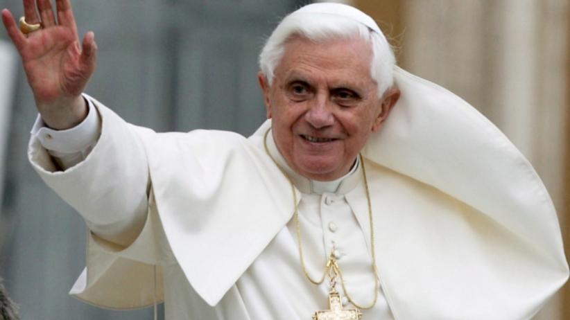 Emerytowany papież ciężko chory. Musi używać wózka inwalidzkiego