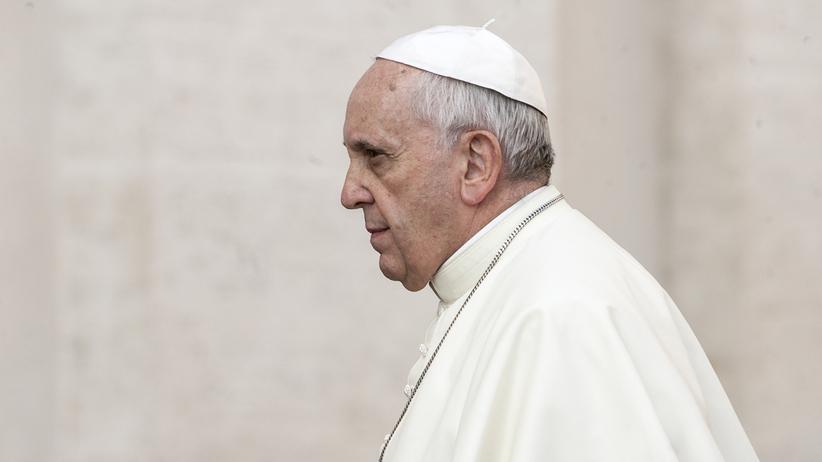 Skandal pedofilski. Franciszek wydalił ze stanu kapłańskiego dwóch biskupów