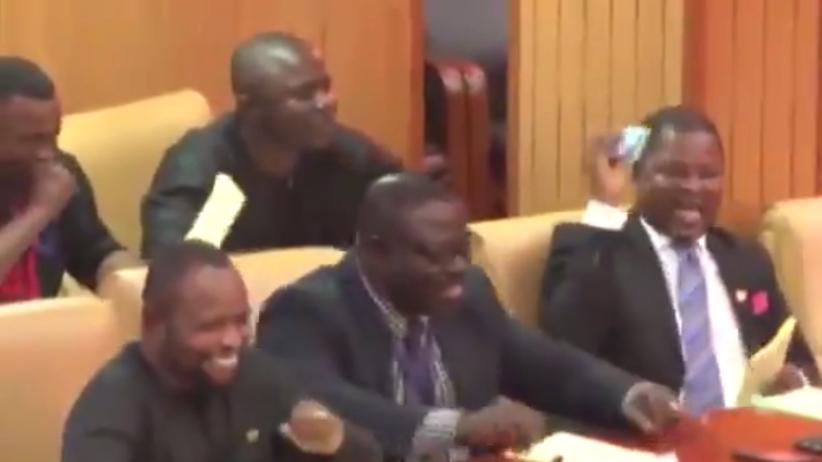 Kabaret na obradach parlamentu. Posłowie płakali ze śmiechu