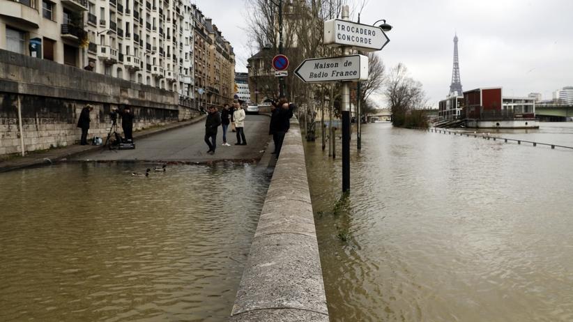 Paryż szykuje się na powódź. Sekwana zalewa ulice [FOTO]