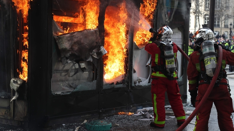 """Matka z dzieckiem uwięziona w płomieniach. Pożar wznieciły """"żółte kamizelki"""""""