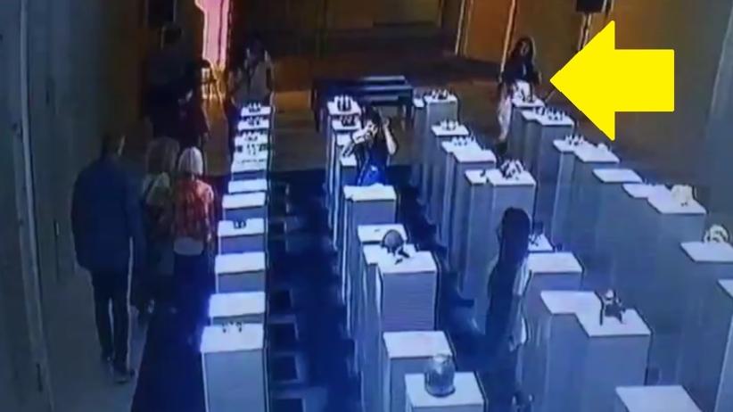 Pechowy wypadek w muzeum. Kobieta robiąc selfie oparła się o dzieła sztuki. Poleciały jak domino