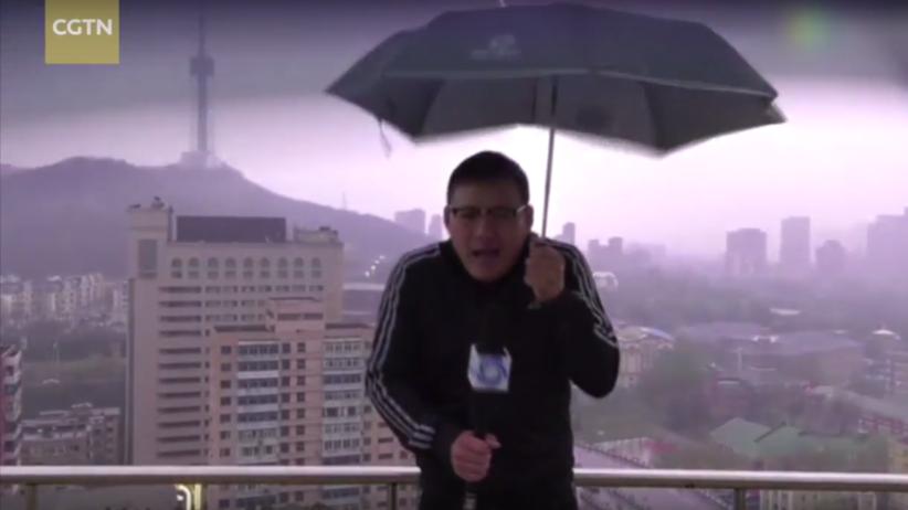 Piorun trafił w chińskiego korespondenta podczas programu na żywo [WIDEO]